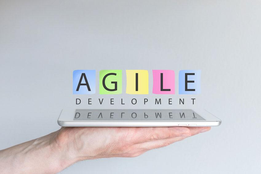 Agile Projekte & Projektmanagement Standards - symbolisch Hand mit Tablet